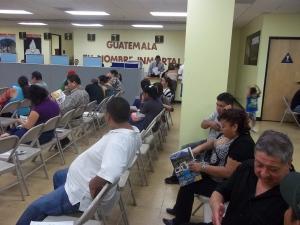 Guatemaltecos en el Consulado General en Los Ángeles, California. Fotografía: La Voz, archivo.