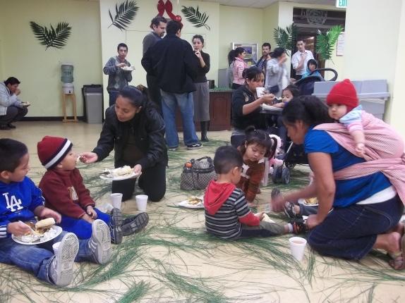Familias guatemaltecas de escasos recursos residentes en Los Ángeles, California, disfrutan de tamales y ponche de frutas durante el II Convivio Navideño organizado por el Consulado General de Guatemala. Fotografia: La Voz