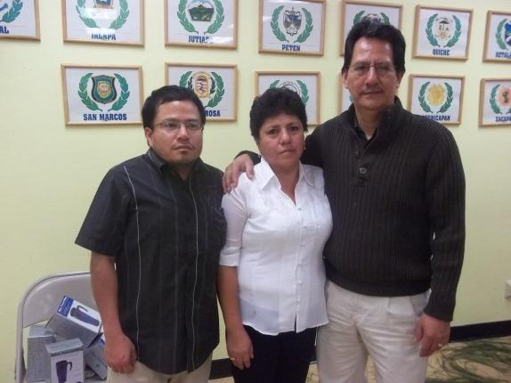 Osvelí Orozco es nombrado Líder Comunitario del Año por la Cámara de Comercio Hispana de Los Ángeles. En la gráfica aparece acompañado por su esposa y uno de sus hijos. Fotografía: La Voz