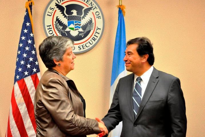 Janet Napolitano recibió de manos del Canciller de Guatemala, Harold Caballeros, el recuento de daños ocasionados por el terremoto en el Occidente de Guatemala, que sustenta la solicitud del TPS para el país. Fotografía: La Voz, cortesía del MINEX.