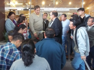 Funcionario del RENAP trata de contestar a las dudas y molestias de usuarias en las afueras del Consulado de Guatemala en Los Ángeles. Fotografía: LA VOZ