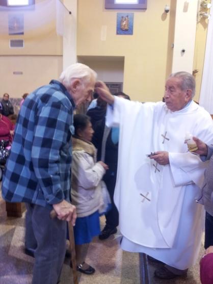 Feligreses católicos reciben la unción de los enfermos durante la misa en honor al Cristo de Esquipulas. Fotografía: La Voz