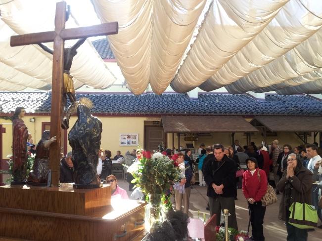 Feligreses veneran la Imagen del Señor de Esquipulas en el atrio de la Iglesia de Nuestra Señora de Los Ángeles. Fotografía: LA VOZ