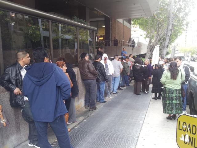 La fila de guatemaltecos afuera del Consulado llega a dos cuadras, mientras esperan ser atendidos. Fotografía: LA VOZ-archivo