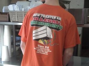 Como atrapar a un inmigrante ilegal se lee en el uniforme de los empleados del restaurante mexicano Cid.