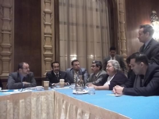 El Canciller guatemalteco Fernando Carrera, izquierda, durante el encuentro con la Mesa de Trabajo de Guatemala en Los Ángeles, MCTG. Fotografía: LA VOZ