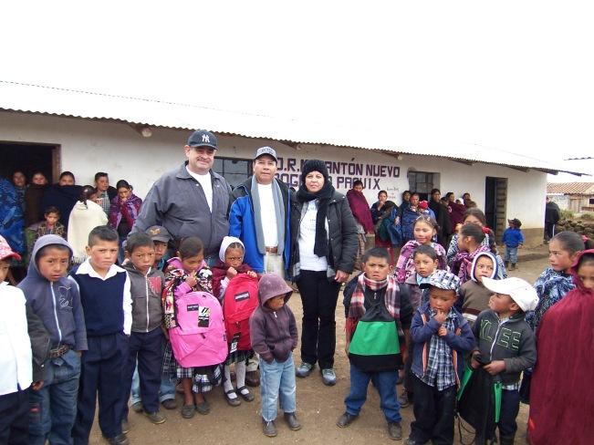 A pesar del extremo frío que queman la piel en sus rostros, los niños acuden a la escuela en el Cantón Nuevo Progreso, Chiantla, Huehuetenango, donde recibieron mochilas y útiles enviados por compatriotas. Fotografía: LA VOZ-Edwin Mejía.