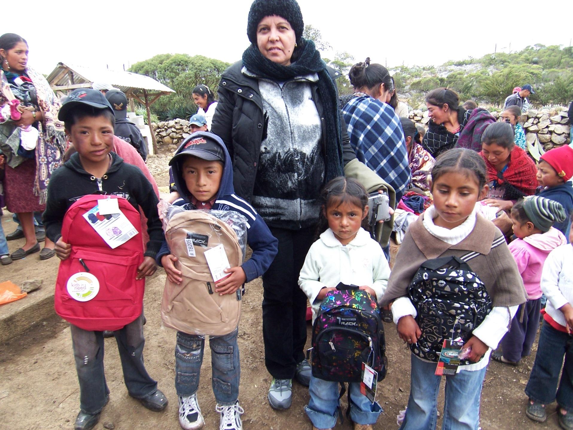 Pequeños de Huehuetenango recibieron mochilas y útiles escolares