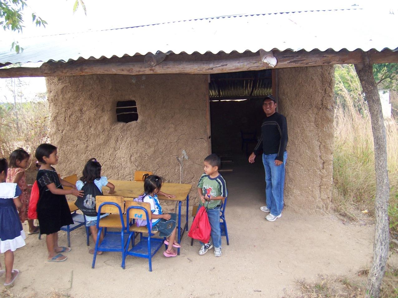En este salón con paredes de adobe reciben clases estos pequeños.