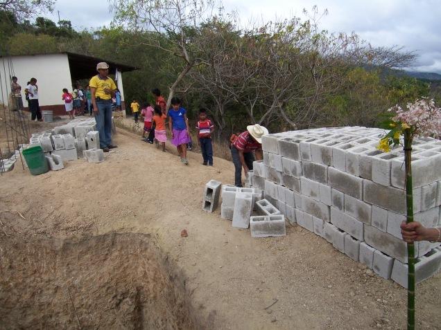 Con ayuda de compatriotas en San Diego, California, se ha iniciado la construcción de cuartos de baño para la escuela.
