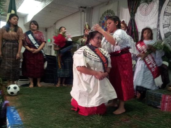 Coronación de la Princesa  Jolom Konob 2013-2014, Jackeline Alonso, por parte de la Princesa saliente, Cindy Toledo. Fotografía: LA VOZ