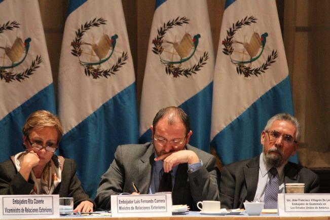 El Canciller de Guatemala, Fernando Carrera, (al centro), trasladará al Ejecutivo guatemalteco la serie de abusos que se cometen contra inmigrantes chapines en EUA. Lo acompañan en la gráfica, la Vice Canciller, Rita Claverí, y, el Embajador de Guatemala en Estados Unidos, Francisco Villagrán. FOTOGRAFÍA: LA VOZ-AURORA SAMPERIO