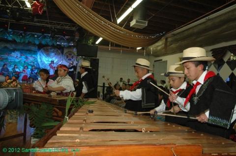 Niños tocan la marimba durante la celebración en honor a Santa Eulalia en Los Ángeles, 2012. FOTOGRAFÍA: LA VOZ-SANTA EULALIA ORG
