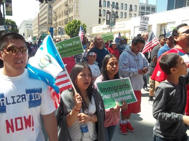 Banderas de Guatemala ondearon en manos de inmigrantes chapines.