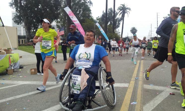 El corredor guatemalteco Carlos González, a su paso por la milla 18 de la maratón de Los Ángeles. FOTOGRAFÍA: LA VOZ