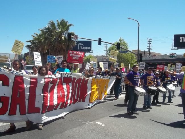 Cientos de manifestantes bloquearon por breves momentos los bulevares Santa Mónica y Sepúlveda, al Oeste de Los Ángeles. FOTOGRAFÍA: LA VOZ.
