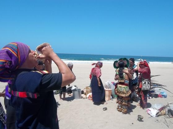 El sonido de caracoles, tambores y flautas acompañaron las oraciones durante la ceremonia maya. FOTOGRAFÍA: LA VOZ