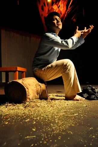 """El actor guatemalteco Manuel Chitay protagoniza la obra de teatro """"Sentado en un árbol caído"""", que se presentará en nueva temporada en Los Ángeles, California. FOTOGRAFÍA: La Voz-Cortesía G.T. Akabal"""