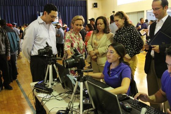 El Cónsul de Guatemala en Nueva York, Óscar Padilla, primero de izquierda a derecha, explica a altos funcionarios del Gobierno de Guatemala sobre los procesos que realizan durante los consulados móviles. Fotografía: La Voz-cortesía de Aurora Samperio