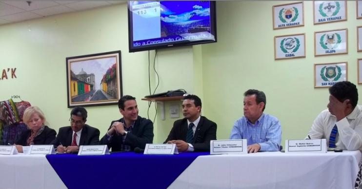 El Presidente de la Comisión del Migrante, Paul Breire, al centro, escuchó las demandas de líderes comunitarios guatemaltecos de Los Ángeles, California. Fotografía: LA VOZ