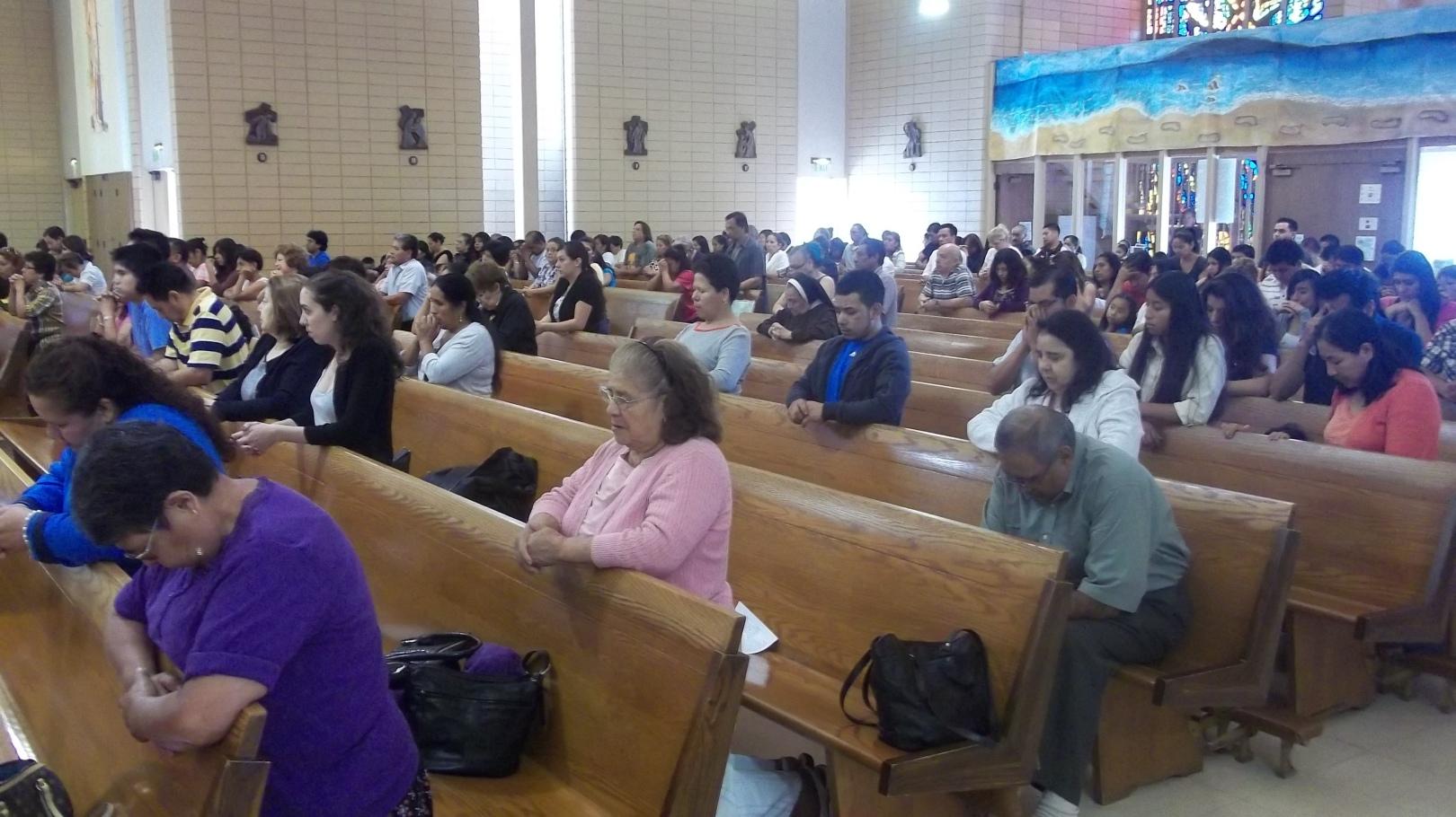 Feligreses oraron por el bienestar de la comunidad inmigrante y la aprobación de una reforma migratoria en la Iglesia de San Sebastian, al Oeste de Los Ángeles. Fotografía: La Voz