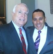 El director de FUNDEMI, Carlos Calderón, guatemalteco residente en Los Ángeles, California, conversó con el Senador John McCain. Fotografía: La Voz-cortesía Carlos Calderón.
