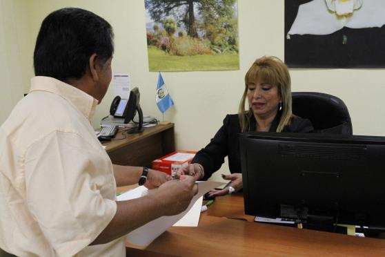 Anabella de León, Registradora General de la Propiedad, atendió personalmente a los primeros compatriotas interesados en inmovilizar sus bienes inmuebles en Guatemala. Fotografía: La Voz-Cortesía de Aurora Samperio