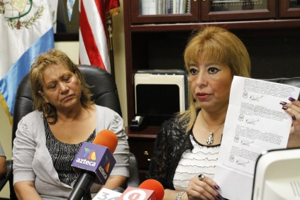 La compatriota Irma Yolanda López Pérez (izquierda) fue atendida personalmente por la Registradora General de la Propiedad, Anabella de León. Fotografía: La voz-cortesía de Aurora Samperio