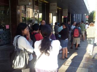 La fila de usuarios en las afueras del Consulado General de Guatemala en Los Ángeles se extendió hasta las inmediaciones del bulevar Wilshire, en el sector conocido como Koreatown. Fotografía: La Voz