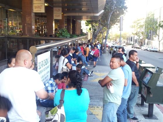 Los compatriotas residentes en el Sur de California llegaron desde tempranas horas al Consulado General de Guatemala en Los Ángeles, California, para realizar diversos trámites. Fotografía: La Voz