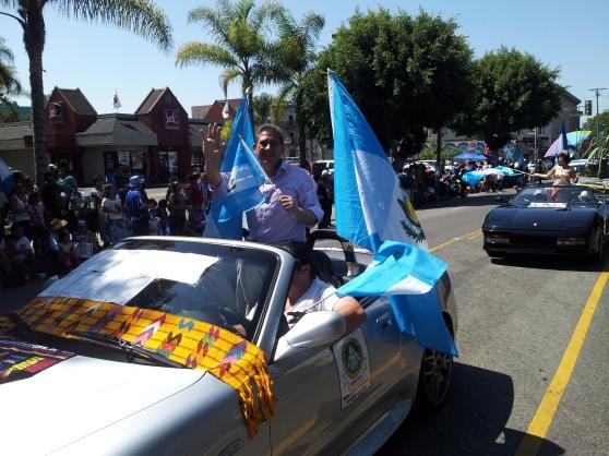 Diputado Roberto Baldizón, se perfila como candidato presidencial por el Partido Todos, durante su participación en el Desfile de Independencia en Los Ángeles, el pasado 15 de septiembre. Fotografía: La Voz