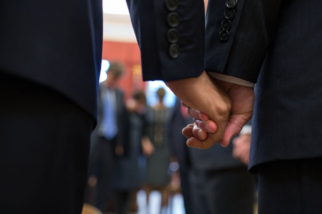 El Presidente y el Vice Presidente de los Estados Unidos de América, Barack Obama y Joe Biden, respectivamente, enlazaron sus manos durante una oración con líderes religiosos para tratar el tema de la reforma migratoria el pasado 13 de noviembre de 2013. Fotografía: sitio internet de la Casa Blanca.