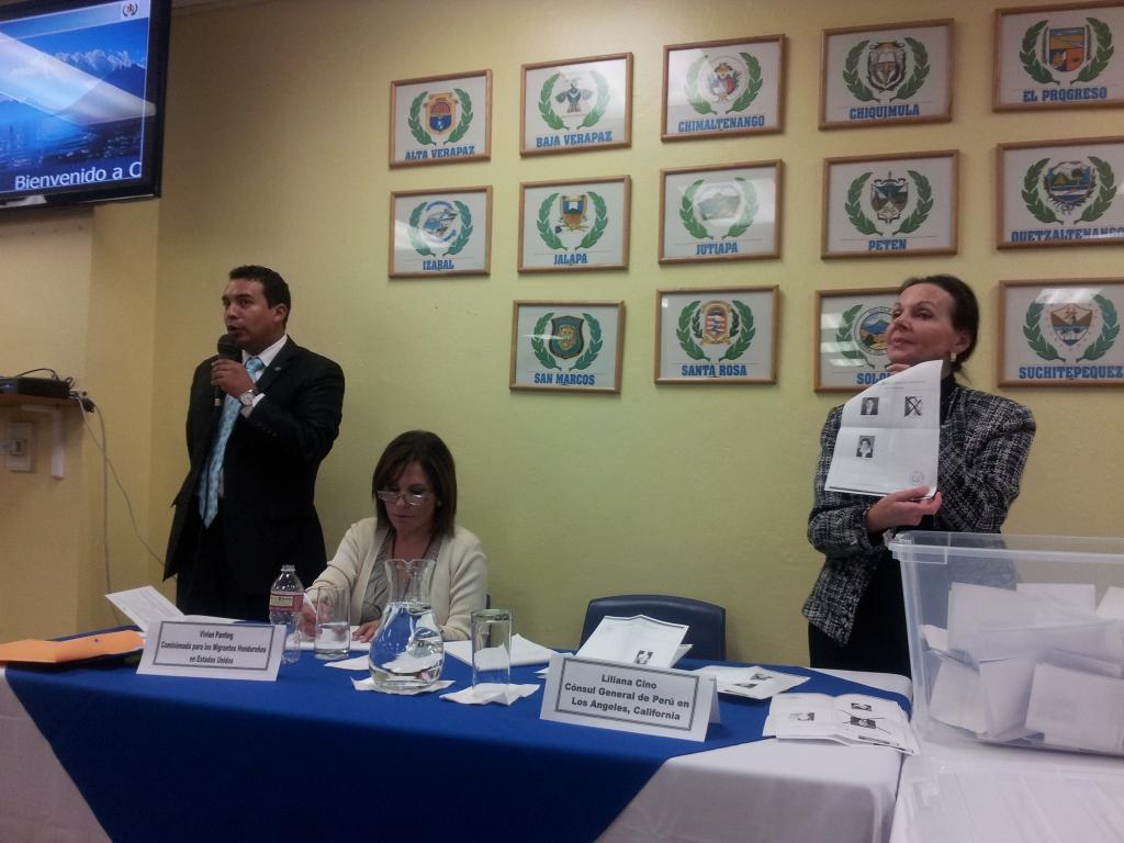 El conteo de votos estuvo a cargo de la Cónsul de Perú en Los Ángeles, Liliana Cino, conjuntamente con la Comisionada para los Migrantes de Honduras, Vivian Panting. Fotografía: LA VOZ