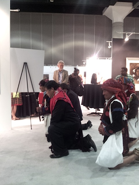 """Miembros de la Cofradía de Chichicastenango oran al llegar a la exhibición """"Tesoros del Espíritu Maya"""" que tiene lugar en Los Ángeles, California. Fotografía: La Voz"""