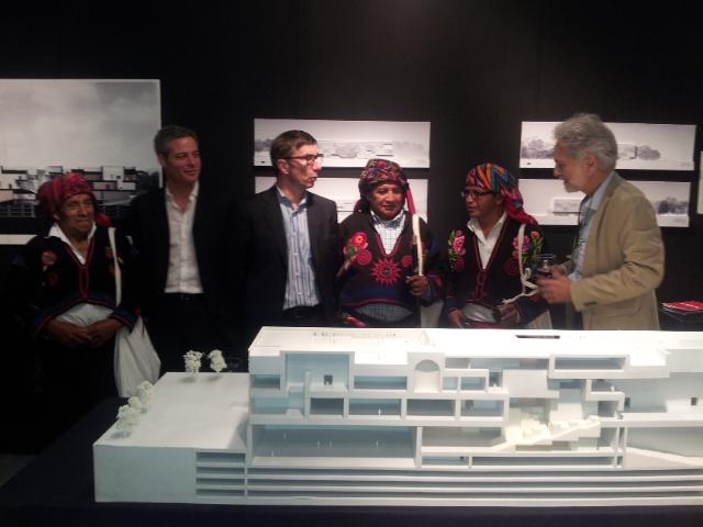 El Presidente de la Fundación, Fernando Paiz, junto a los desarrolladores del Proyecto del Museo del Mundo Maya, muestran la maqueta de los edificios a los altos representantes de la Cofradía de Chichicastenango. Fotografía: La Voz del Inmigrante
