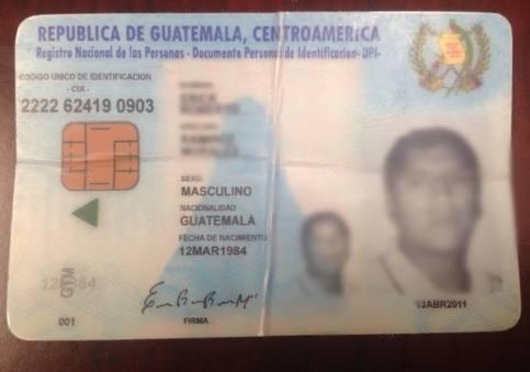 Ejemplar del DPI falsificado que presentó un inmigrante guatemalteco a funcionarios del Consulado General de Guatemala en Los Ángeles. El mismo se vende clandestinamente en las inmediaciones del Parque McArthur, en el centro de esta ciudad. Fotografía: facebook GUATENEWS