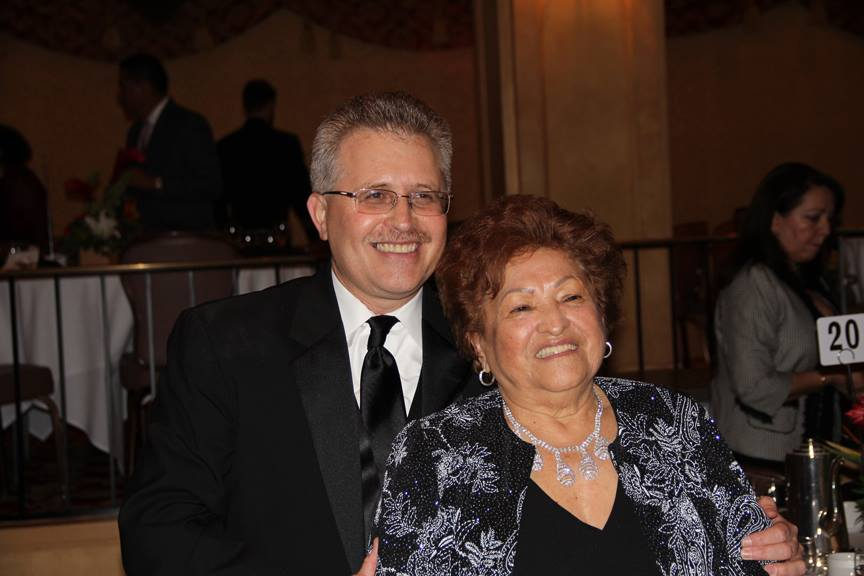 """""""Gracias mami, me enseñó muy bien"""", con estas palabras agradeció Erick Solares a su señora madre, Berta Solares, por los esfuerzos que hizo brindarle educación y por su ejemplo de humildad y trabajo.  La señora Solares recuerda que ella y su espojo, junto con Erick, entonces de 4 años, salieron de Guatemala hace más de 4 décadas, en la búsqueda de un mejor futuro para su familia.  """"Es una de las más duras experiencias que me ha pasado, pero vale la pena al ver el triunfo de mis hijos, Erick es un orgullo de trabajo y superación"""", reconoce.  La señora Solares indica que al principio fue difícil, pues no hablaban inglés. """"Yo tenía que trabajar todo el día, precisamente en este hotel donde estamos, como supervisora de mucamas, y a Erick no le gustaba quedarse con otra gente, nos costó mucho, pero siempre fue un niño tranquilo y obediente"""", recuerda.  """"Mi historia es como la de muchas madres, pero todos podemos alcanzar el éxito, para ello deben trabajar y educar a sus hijos, no los descuiden, ayúdenlos con las tareas y denles mucho amor"""", recomendó. Fotografía: La Voz- cortesía RUDY SAMAYOA"""