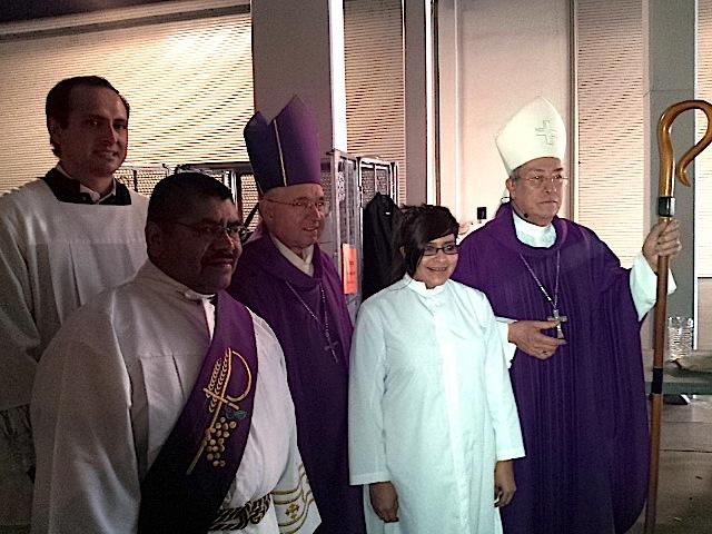 El Arzobispo de Los Ángeles, José Gómez, y el Cardenal de Honduras, Óscar Rodríguez, reiteraron su apoyo a la comunidad inmigrante luego de oficiar la misa maya en el marco del Congreso Nacional de Educación Católica 2014. Fotografía: La Voz