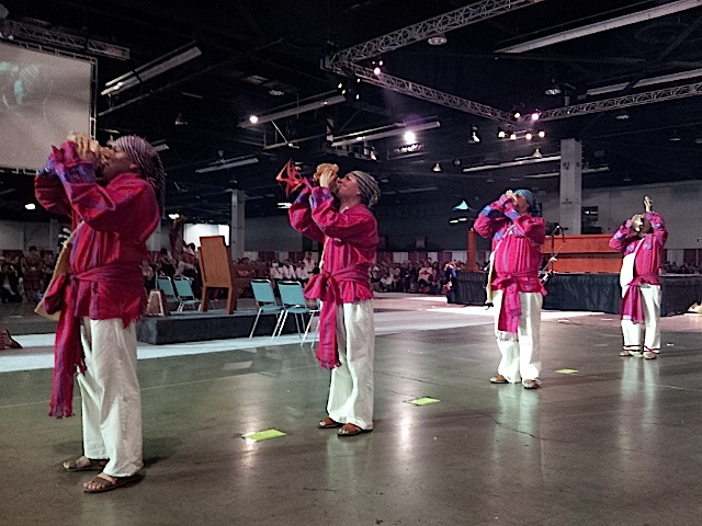 """El Grupo de Danzas Mayas """"Ajpop Tecum"""" abrió la celebración de la misa maya con una danza ceremonial. Fotografía: La Voz"""