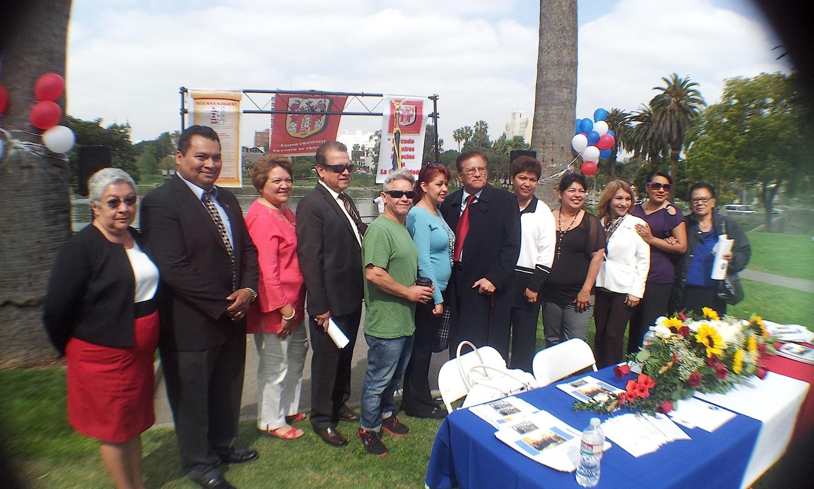 Activistas comunitarios latinos piden a sus compatriotas apoyo para representarlos en los Concilios Vecinales. Fotografía: La Voz