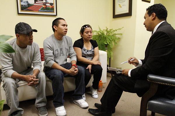 El Cónsul General de Guatemala en Los Ángeles, Pablo García Saénz, se reunió esta mañana con los familiares de los guatemaltecos fallecidos trágicamente días atrás. Fotografía: Cortesía de AURORA SAMPERIO