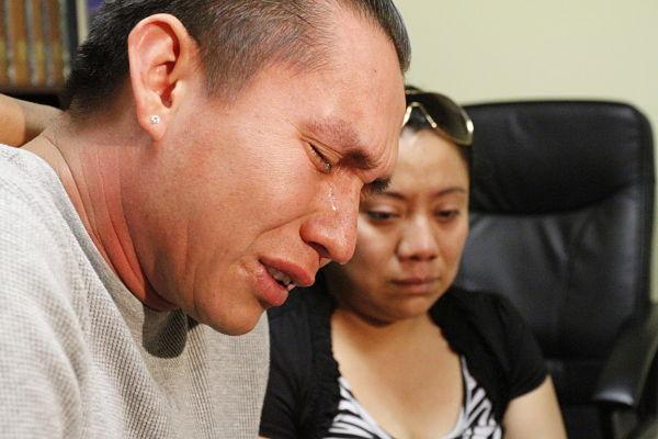 Adner Arriola no puede contener las lágrimas al recordar a su cuñado Guillermo Alexander García, fallecido trágicamente junto a otros connacionales, en su búsqueda por alcanzar el sueño americano. Fotografía: Cortesía de AURORA SAMPERIO