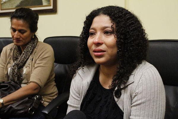Marleny Lemus, tía de Oscar Danilo Escobar, se reunió con autoridades consulares guatemaltecas en Los Ángeles, California. Fotografia: Cortesía de AURORA SAMPERIO