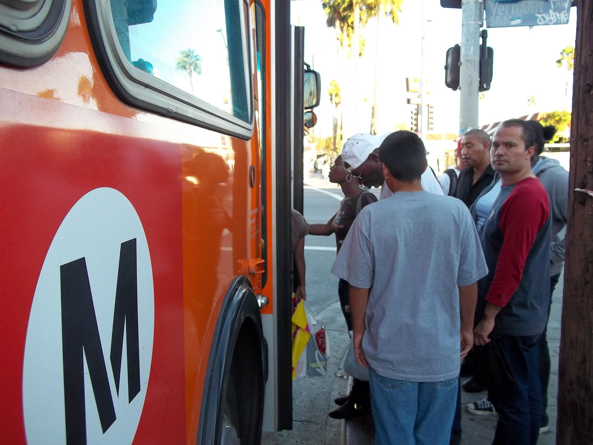 Usuarios de los autobuses y trenes de Metro deberán pagar más a partir del 1 de Septiembre de 2014. Fotografía: La Voz
