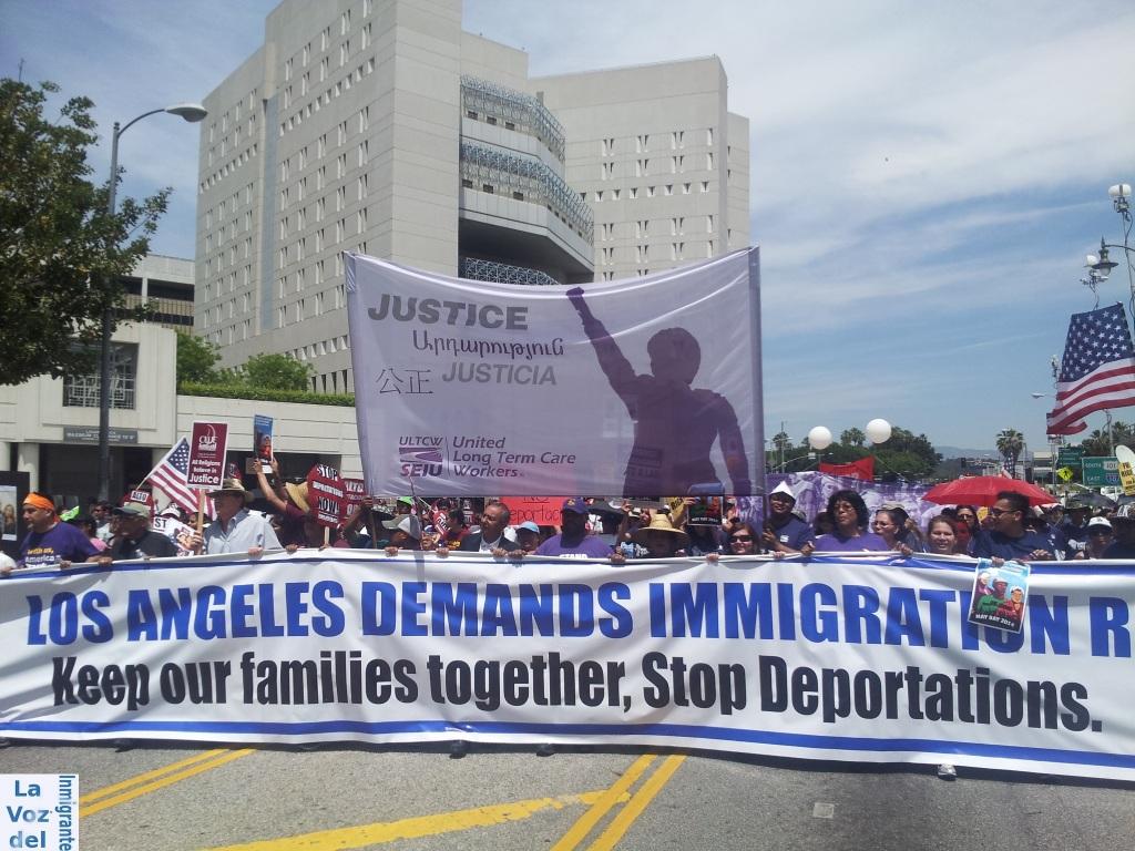 Una de las marchas del Día Internacional del Trabajo concluyó su recorrido en el Centro de Detención ubicado en el centro de Los Ángeles, California. Fotografía: La Voz