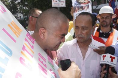 El Congresista Luis Gutiérrez conoció de primera mano el caso de la deportación de la madre de un inmigrante peruano y se comprometió a apoyarlo en su lucha para permitir el retorno de su progenitora. Fotografía: Cortesía Saudi Jiménez