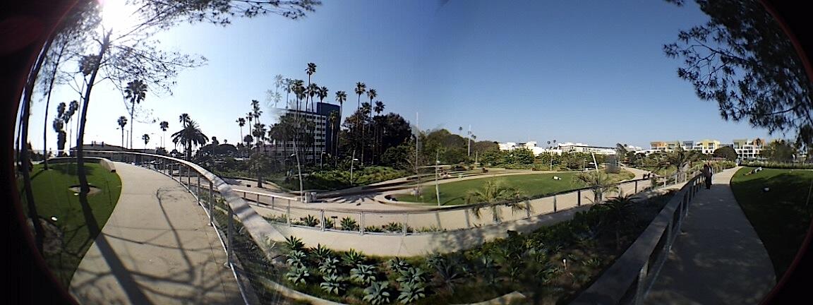 Escape del bullicio de las playas de Santa Monica. Localizado frente al Muelle de Santa Mónica, sobre Ocean y Colorado, el Parque Tongva, recientemente remodelado, ofrece excelentes vistas hacia el Oceáno Pacífico, jardines y juegos para niños, todo sin las aglorameraciones de turistas. Fotografía: La Voz