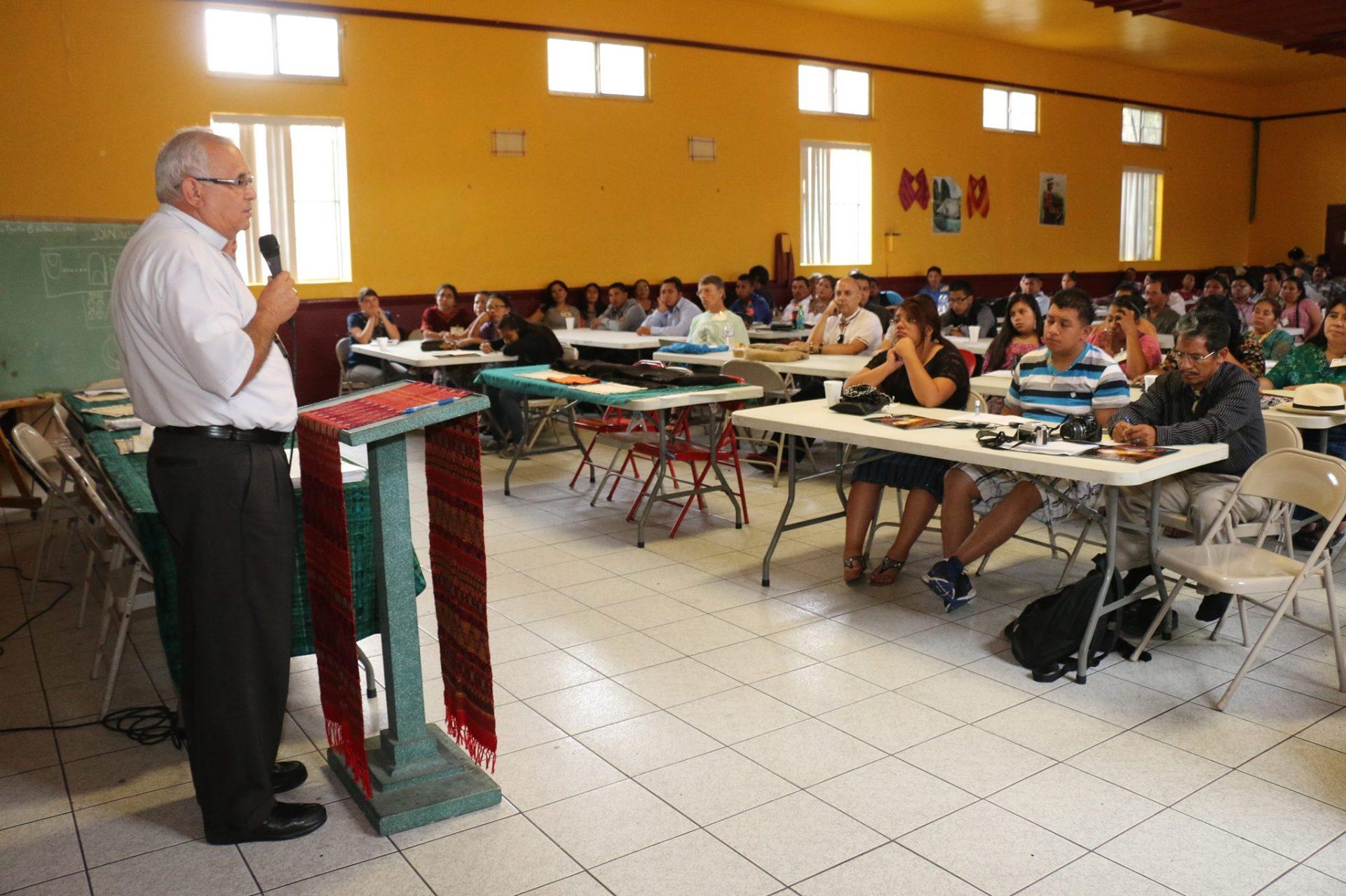 El cierre de la XIII Conferencia Nacional Maya USA estuvo a cargo del Obispo de Huehuetenango, Álvaro Ramazzini. Fotografía: MYNOR VENTURA
