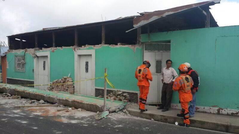 Delegados de CONRED inspeccionan daños a viviendas causados por el temblor del pasado lunes. FOTOGRAFÍA: Facebook CONRED