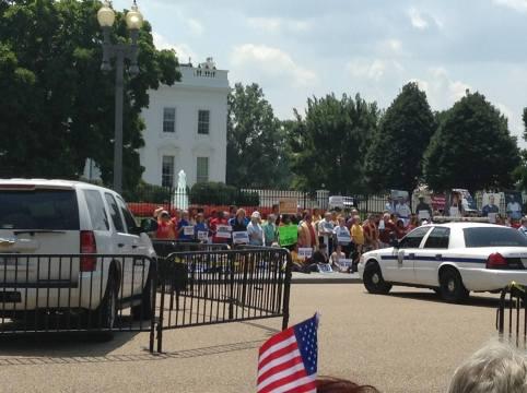 Cientos de activistas, acompañados de líderes religiosos, manifestaron en las afueras de la Casa Blanca en contra de las políticas de deportaciones del Presidente Barack Obama y de los congresistas republicanos. Fotografía: Facebook Casa de Maryland